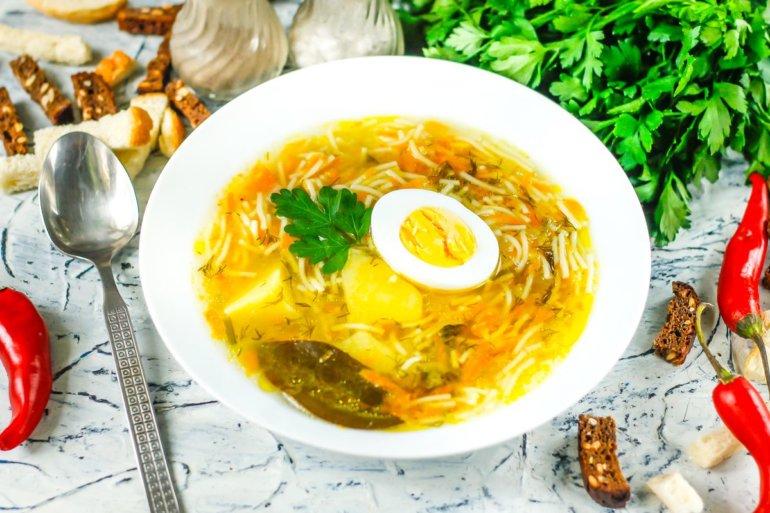 порция супа с яйцами, картошкой и вермишелью