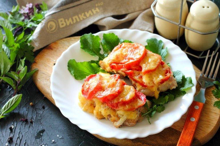 Свинина по-французски с помидорами в духовке