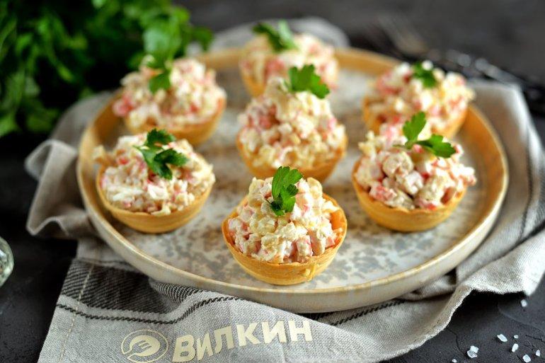 корзиночки с салатом из крабовых палочек и сыра