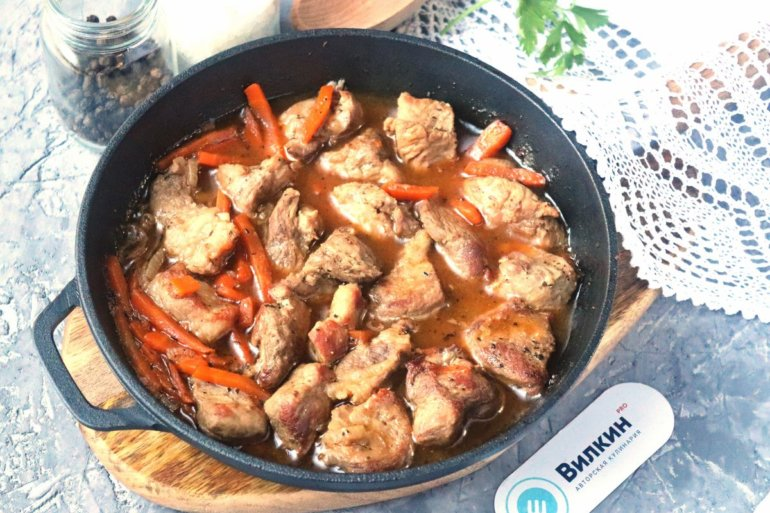 Тушеная свинина с овощами на сковороде