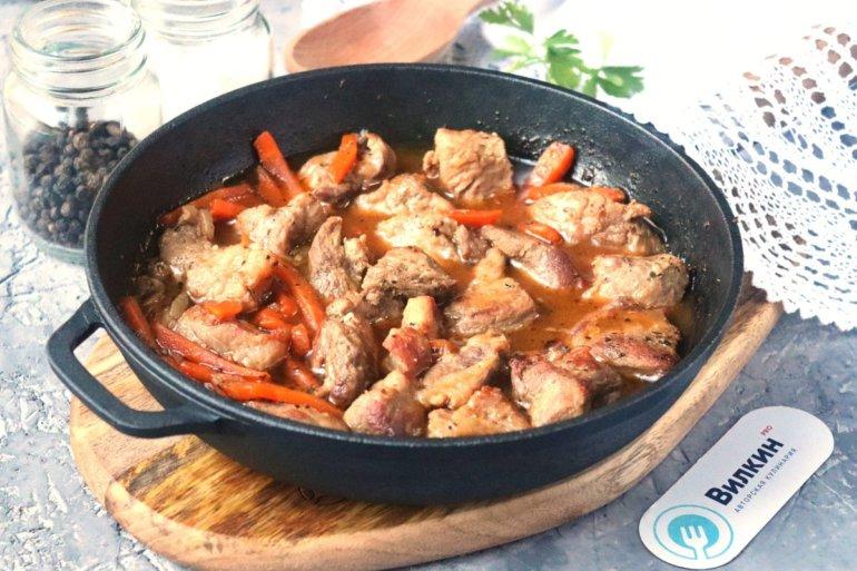 тушеное мясо с морковью и луком