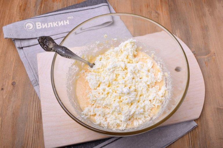 добавление творога в яично-масляную смесь