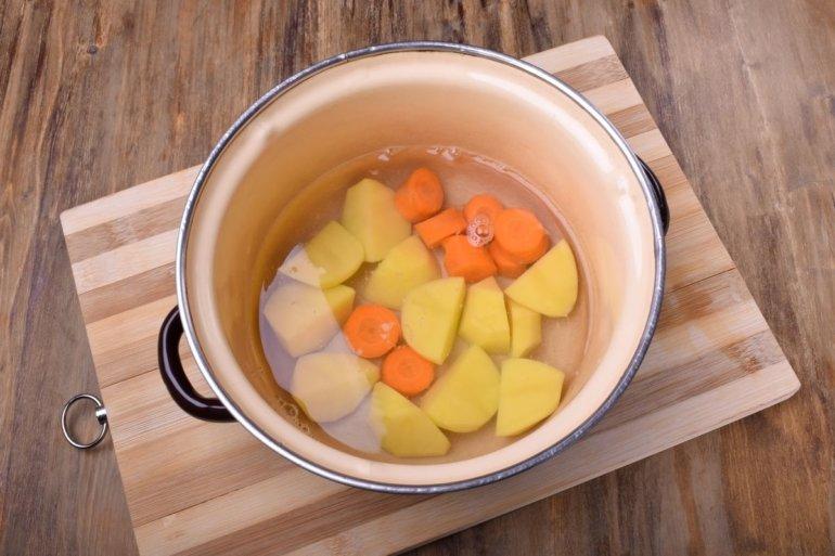 картошка и морковь в кастрюле