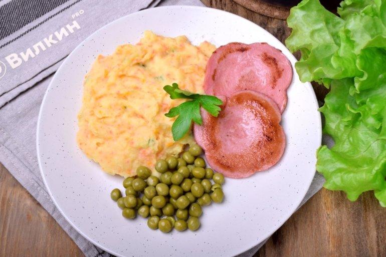 Овощное пюре с жареной колбасой и зеленым горошком