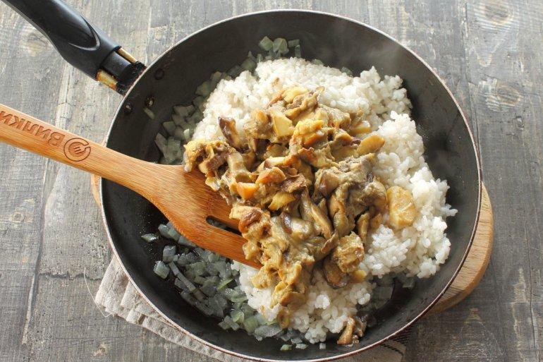 смешивание риса с луком и грибами