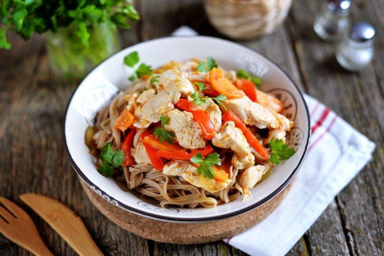 Гречневая лапша с курицей и овощами