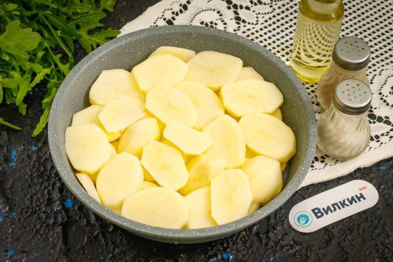 нарезанный картофель в форме