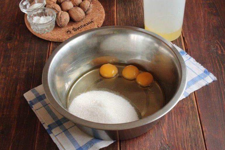 желтки с сахаром в миске