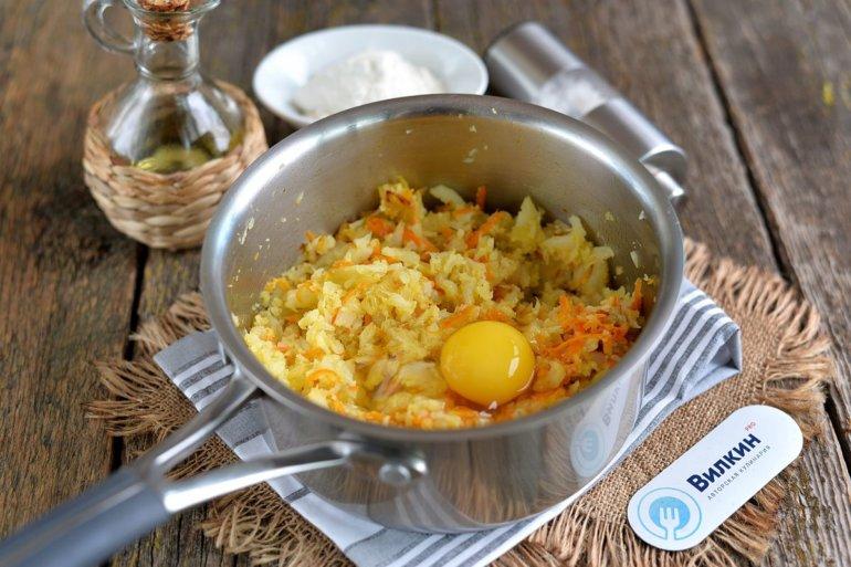 добавление овощей и яйца