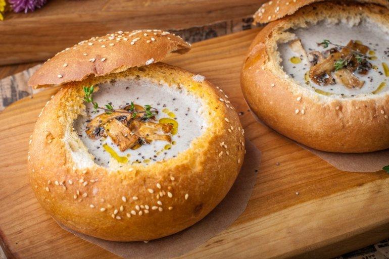 крем-суп из шампиньонов в хлебе