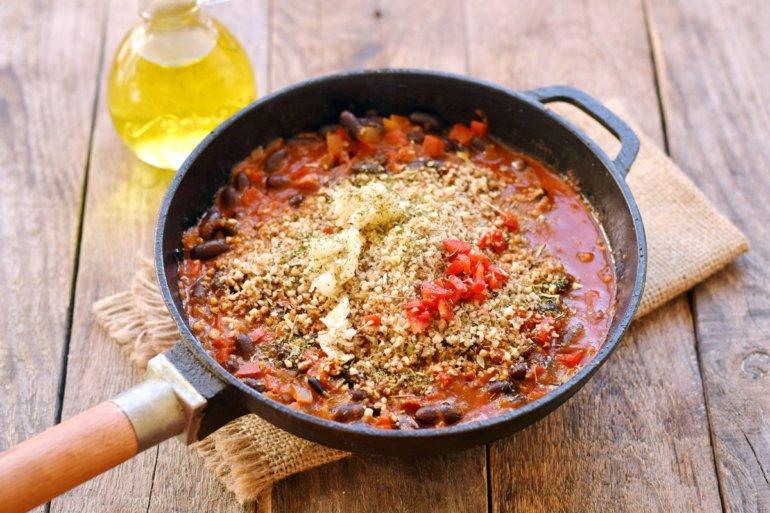 добавление чили, ореховой крошки и специй в блюдо