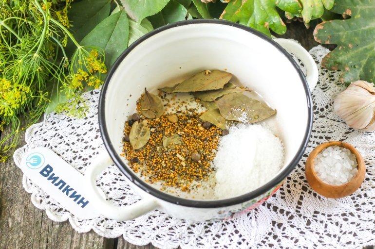специи, соль, лавровые листы