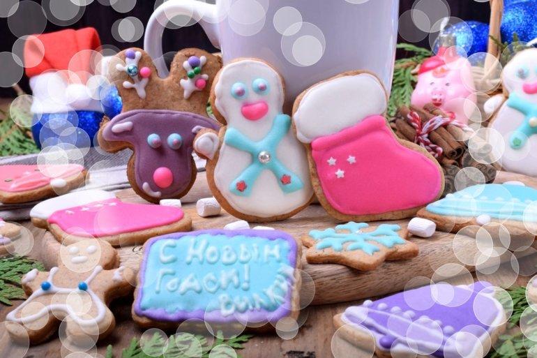 подача новогодних сладостей на стол