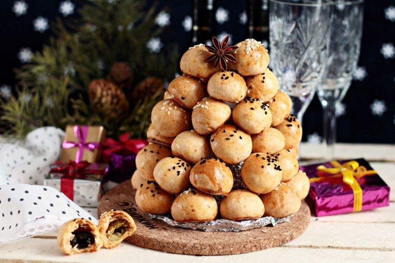 Новогодняя фуршетная закуска из сыра с оливкой