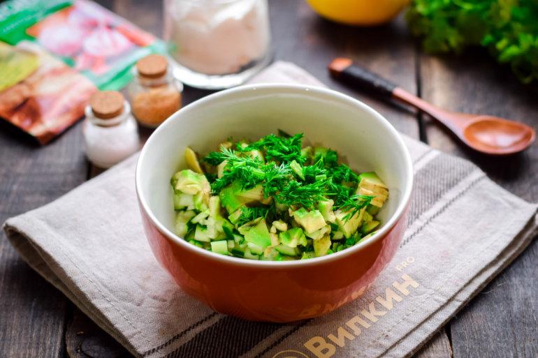 добавление зелени и авокадо