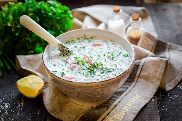 порция холодного супа на сметане и сыворотке