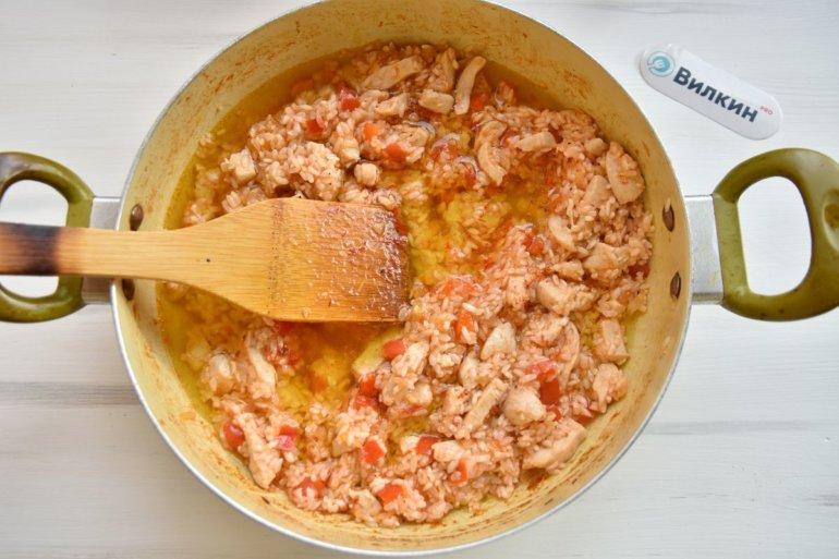 заливка бульона в сковороду