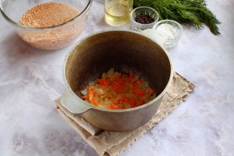 морковь с луком в казане