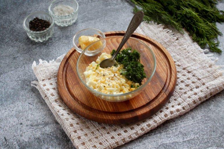 рубленые яйца с укропом в миске
