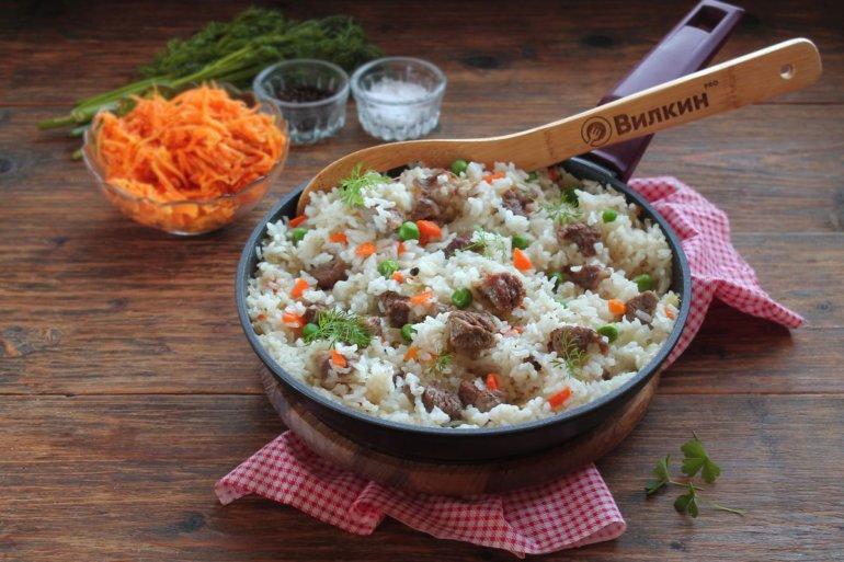 рис с говядиной, овощами и зеленым горошком