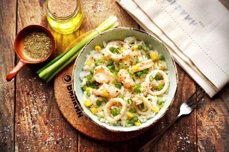 порция риса с кальмарами и овощами