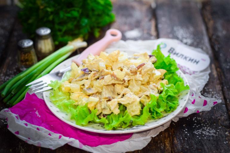 куриный салат с ананасами и грибами