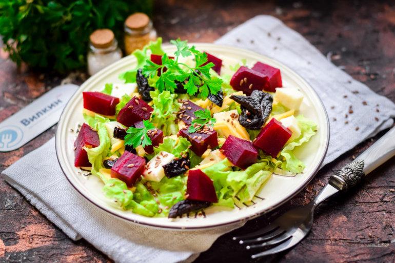 салат со свеклой, черносливом и сыром