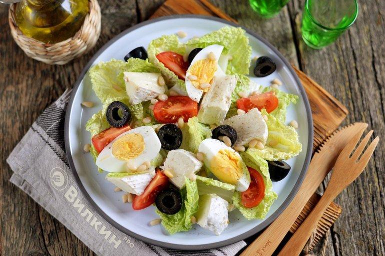 Салат с кедровыми орешками, капустой и сыром