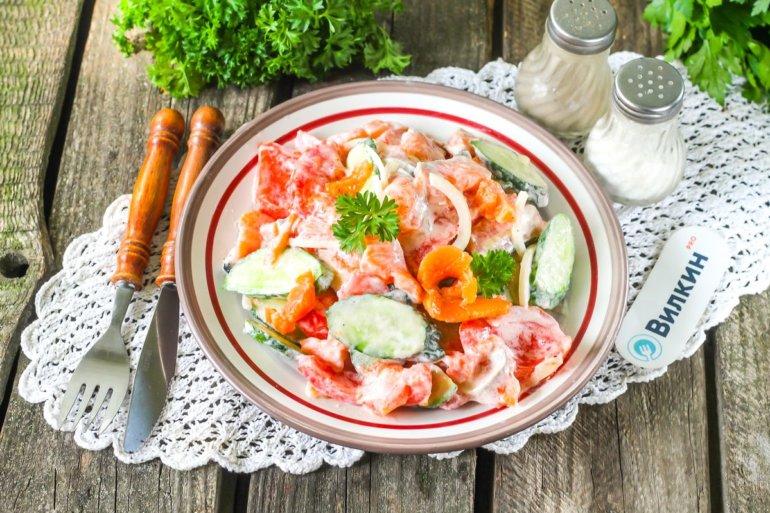 Салат с красной рыбой и помидорами
