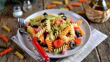 салат с макаронами, салями и овощами
