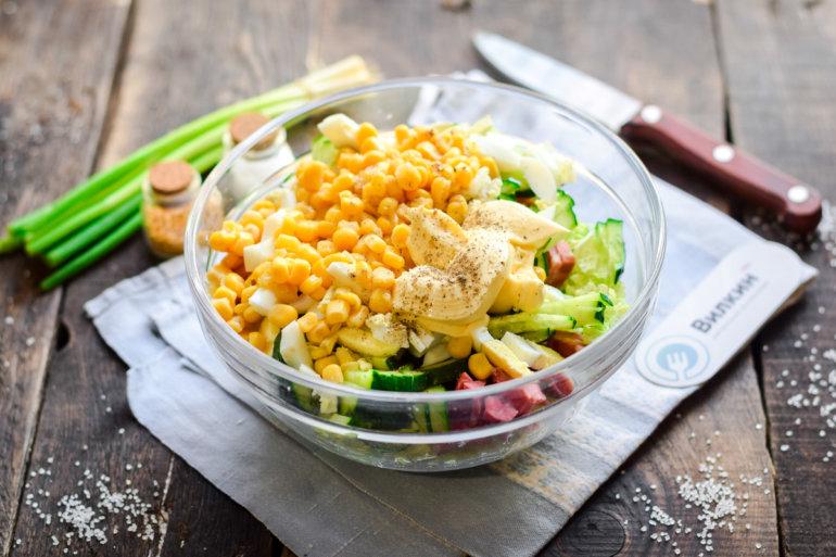 смешивание ингредиентов в салатнике