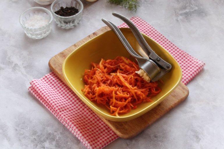 спрессование чеснока в морковь