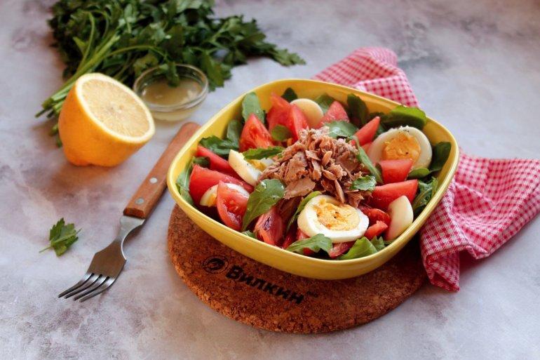 готовый салат с консервированным тунцом и помидорами