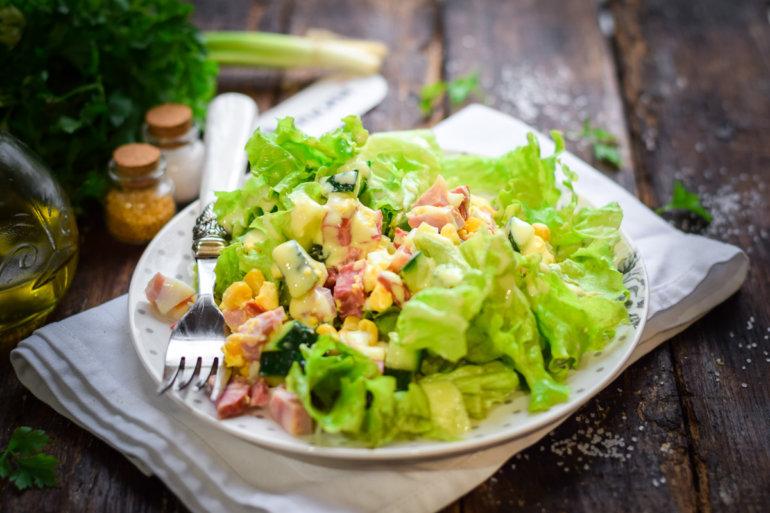 салат с ветчиной, кукурузой и огурцом