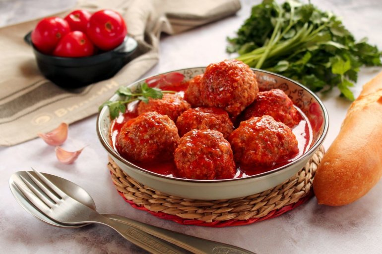 мясные шарики с томатной подливкой