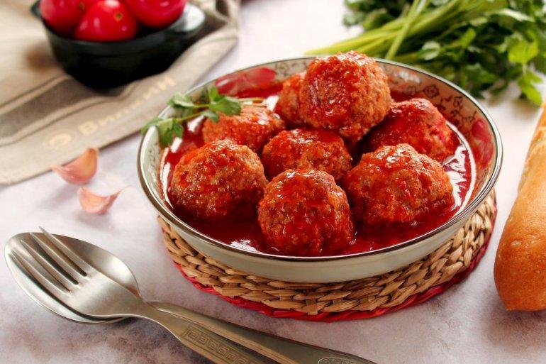 Мясные шарики из фарша с томатной подливкой
