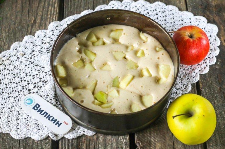 загрузка кусочков яблок в тесто