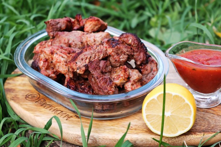 сочное жареное мясо на природе
