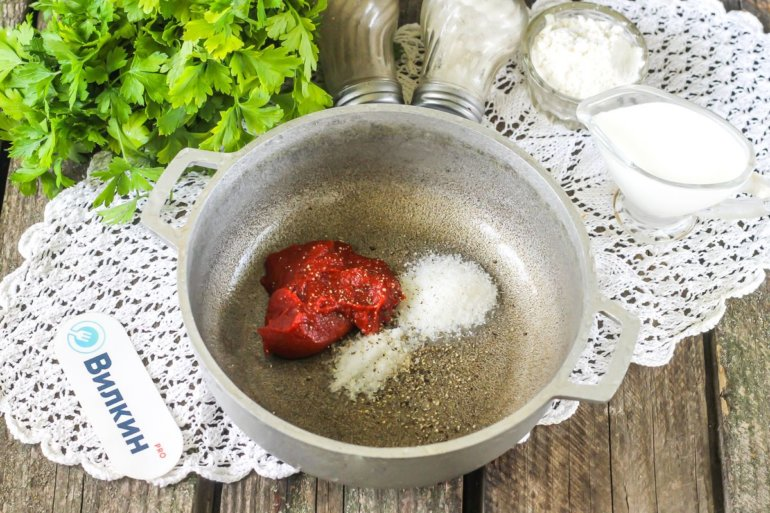 специи, соль и томатная паста