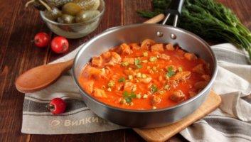 свинина на сковороде с луком и морковью