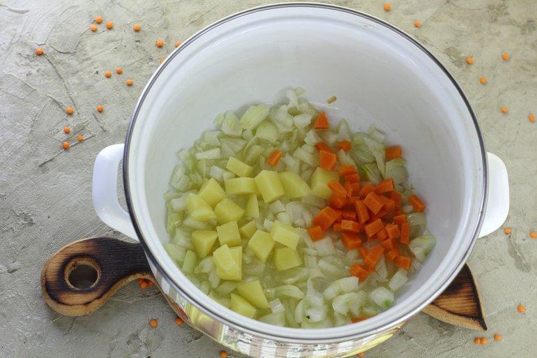 добавление картошки с морковью к луку