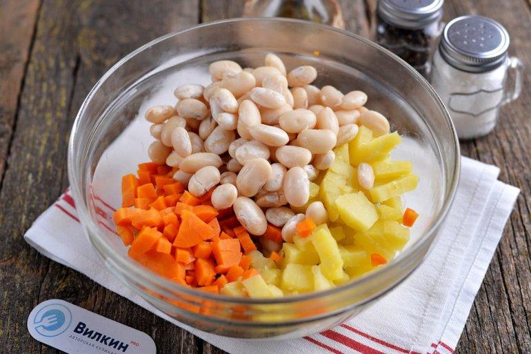 добавление в салатник овощей и бобовых