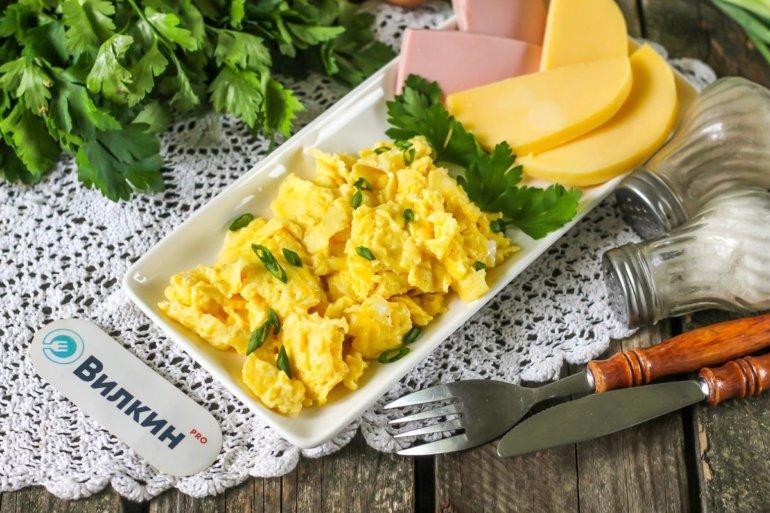порция яичницы-болтуньи на завтрак