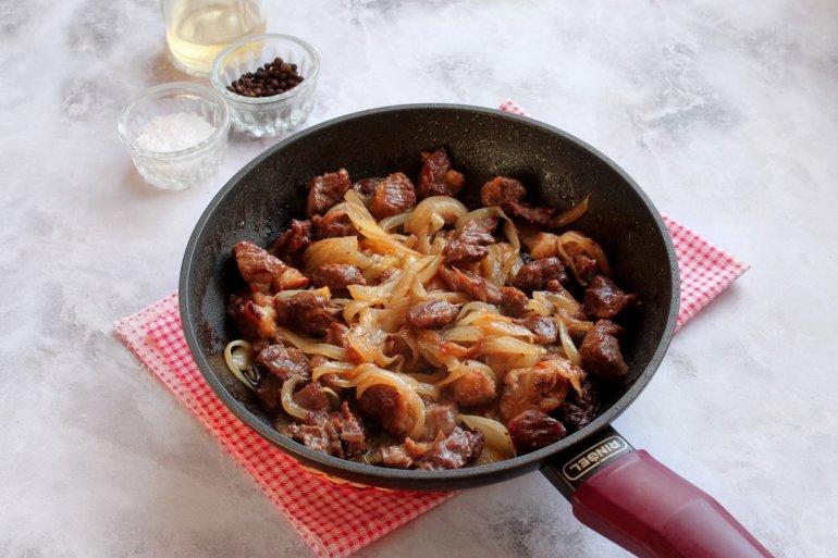 румяное мясо с луком