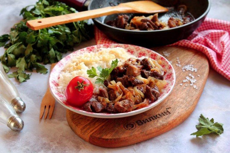 жареная говядина с гарниром из риса