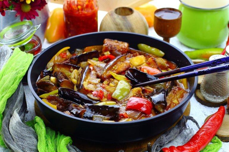 порция баклажанов с овощами по-китайски