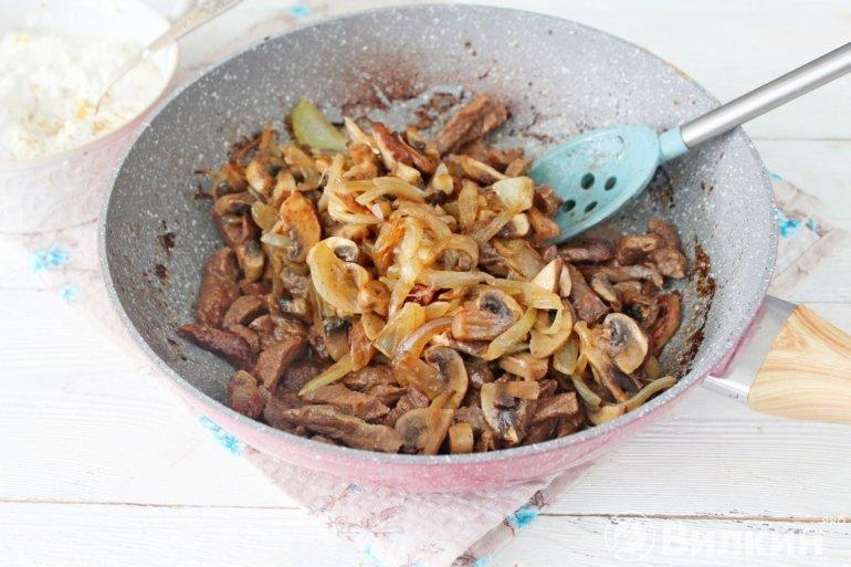 соединение говядины с луком и грибами