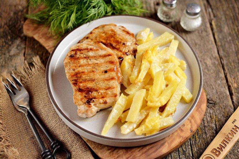 свиной бифштекс с картофелем на обед