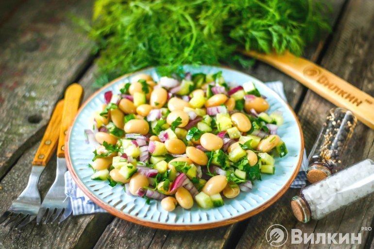 Диетический салат с фасолью