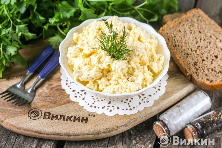 Еврейская закуска из сыра с чесноком